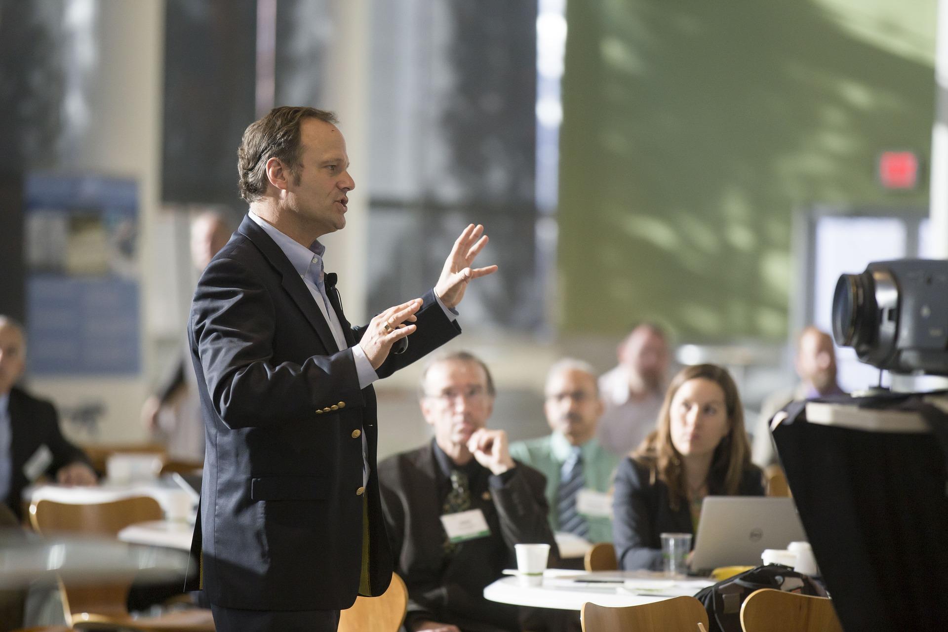 Få en bedre arbejdsplads med et foredrag om motivation og et kundeservice kursus